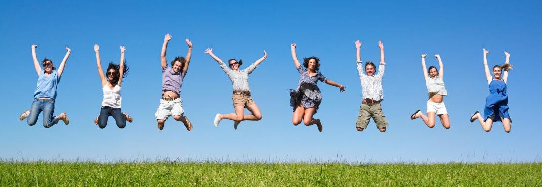 Selbstbewusste Menschen springen vor Freude
